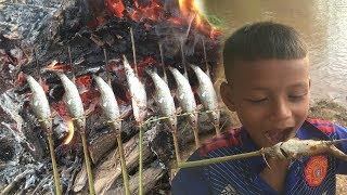 Rural Kids Are Chasing Fish to Eat - How to Catch Fish in using Primitive Tools
